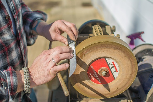 how to use a knife sharpener tool
